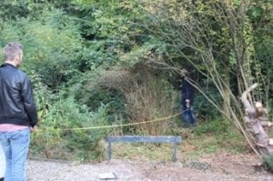 Opmeten: Harro (l) en René is met het meetlint het bos in gestuurd.