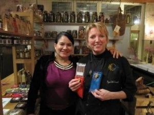 Lourdes Delgado (links) met Nel Schellekens van De Gulle Waard. Eerlijke producten. Ook bij De Gulle Waard.