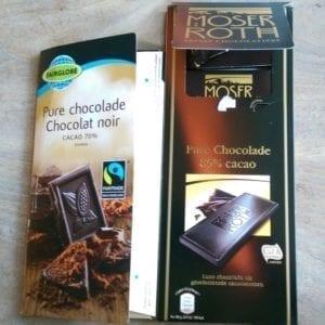 Onmogelijk goedkope chocola. Links van Lidl (met fairtrade), rechts van Aldi.