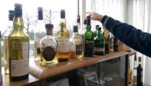 In onze kamer staat een uitgebreide collectie whisky's.